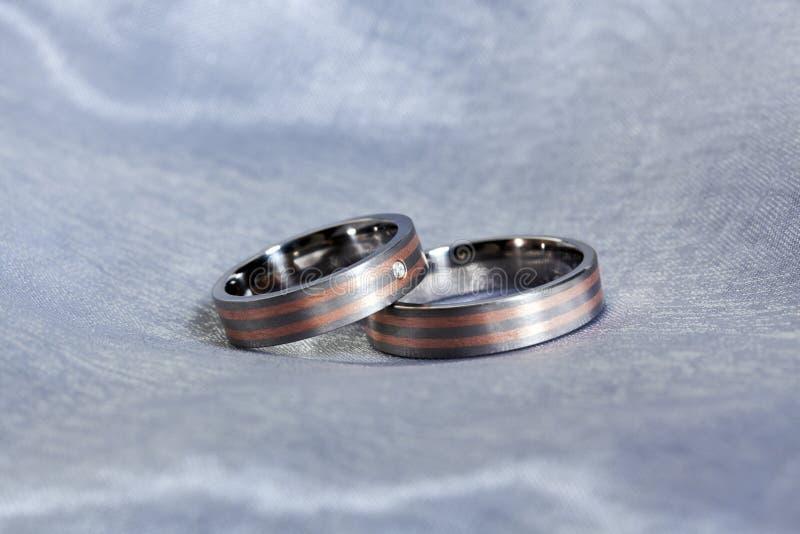 Paia delle fedi nuziali sul panno d'argento fotografia stock libera da diritti