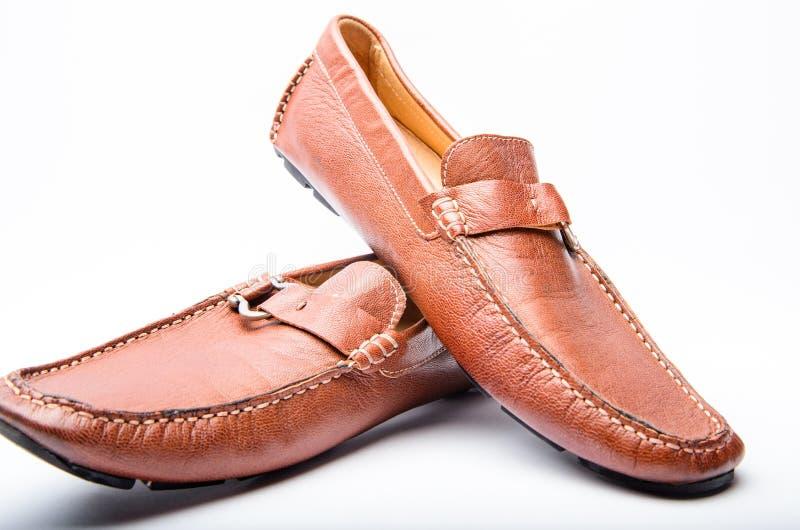 Paia delle scarpe comode alla moda scarpe di cuoio marroni maschii Pattini isolati su bianco Negozio di scarpe Concetto di acquis fotografia stock libera da diritti