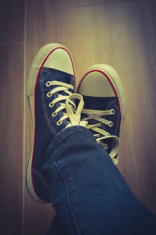 Paia delle scarpe da tennis e dei jeans immagine stock libera da diritti