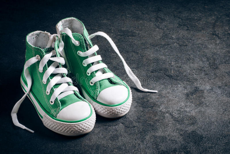 Paia delle scarpe da tennis per i bambini fotografia stock libera da diritti