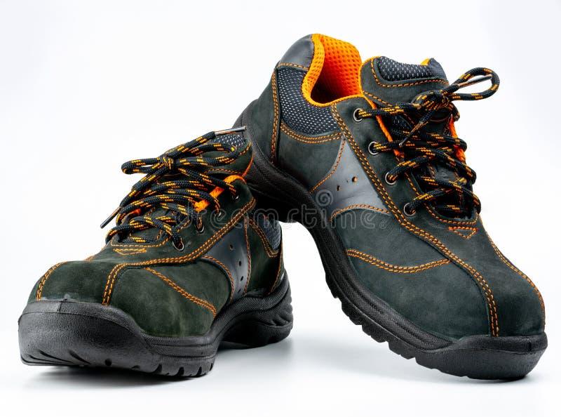 Paia delle scarpe di cuoio di sicurezza nera isolate su fondo bianco con lo spazio della copia Scarpe di lavoro per gli uomini in fotografia stock