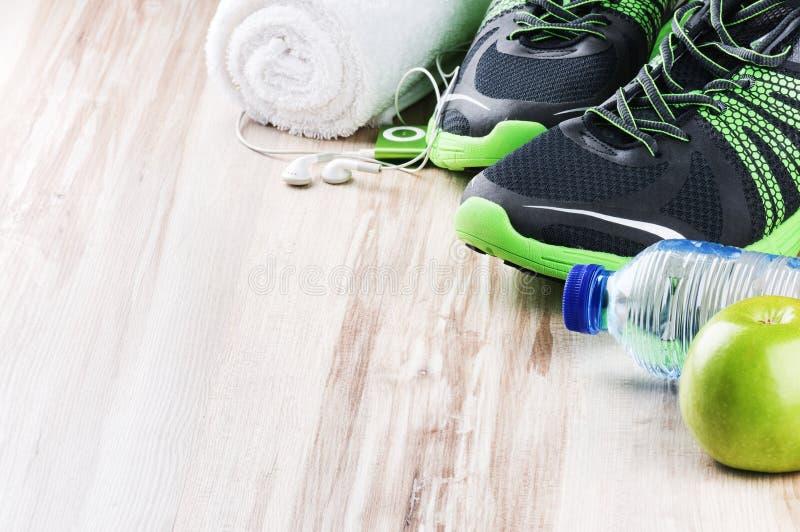 Paia delle scarpe di sport e degli accessori di forma fisica immagini stock libere da diritti
