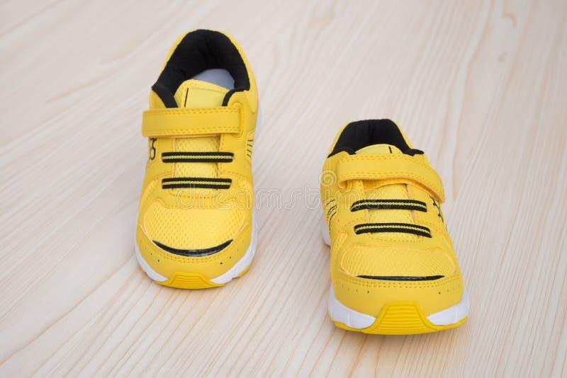 Download Paia Delle Scarpe Sportive Gialle Per Il Bambino Fotografia Stock - Immagine di chiaro, vibrant: 56875024