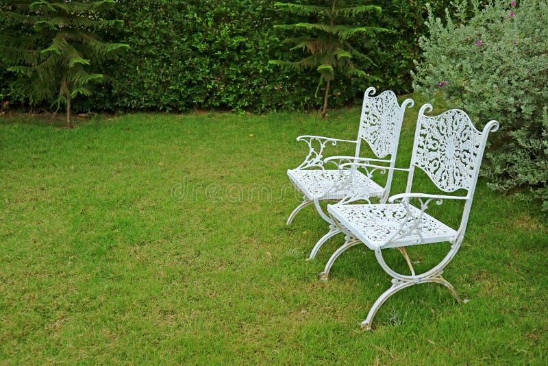 Sedie Colorate Da Giardino.Due Sedie Bianche Del Ferro Immagine Stock Immagine Di Domestico