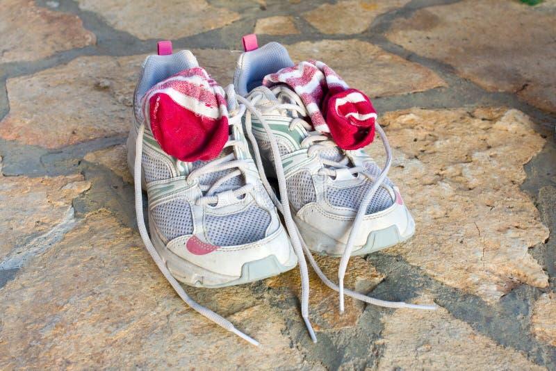 Paia di vecchie scarpe da corsa utilizzate immagine stock libera da diritti
