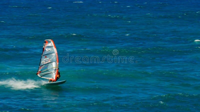 PAIA, ESTADOS UNIDOS DA AMÉRICA - 10 DE AGOSTO DE 2015: possibilidade remota de um windsurfer a favor do vento em um alcance ho ' fotos de stock