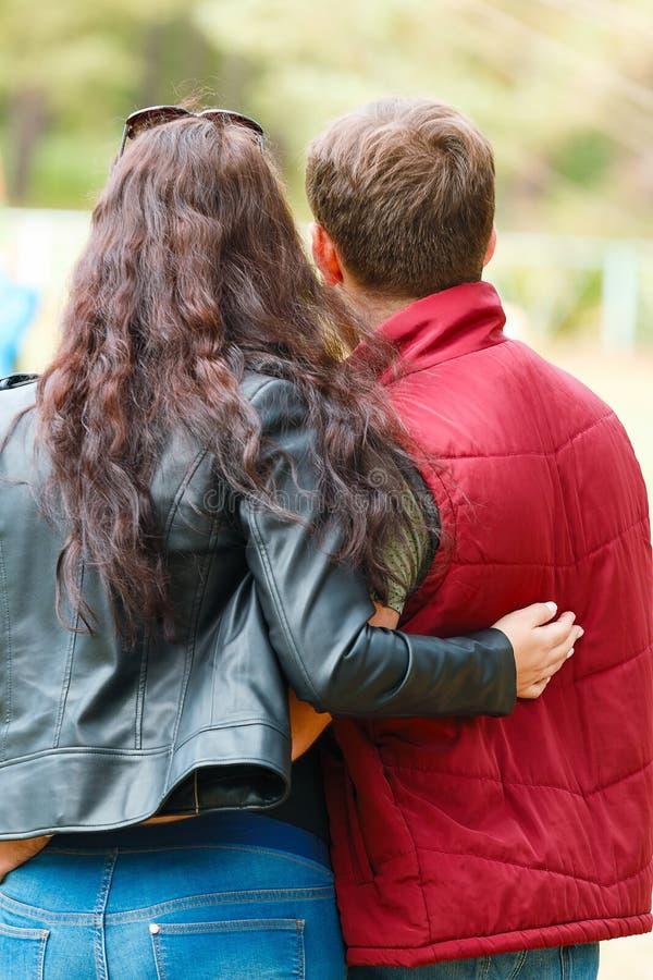 Paia: il tipo e la ragazza stanno abbracciando immagini stock