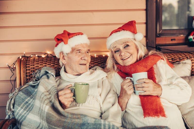 Paia invecchiate danti un'occhiata felici che celebrano insieme il Natale fotografia stock