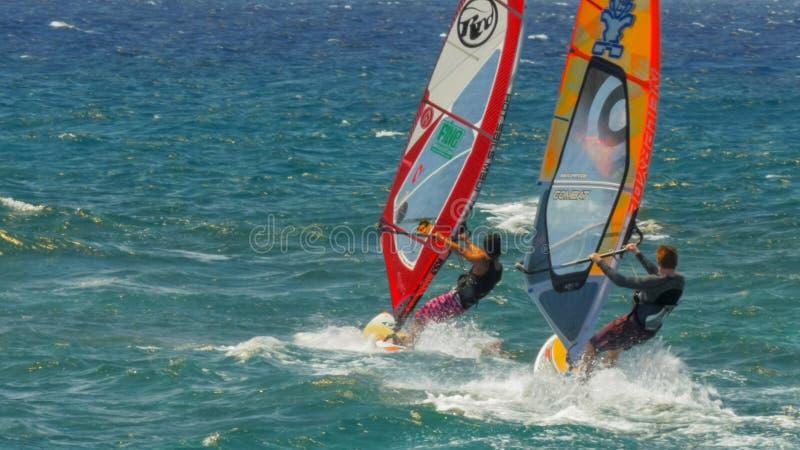 """PAIA, STATI UNITI D'AMERICA - 10 AGOSTO 2015: vicino su di tre windsurfers """"alla spiaggia noiosa di fama mondiale di okipa immagine stock libera da diritti"""
