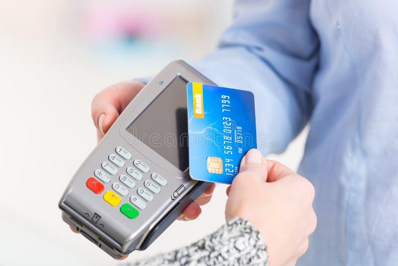 Paiement avec la carte sans contact de crédit ou de débit image libre de droits