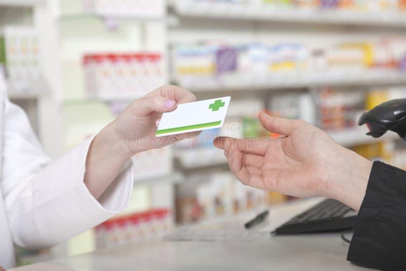 Paiement de carte dans la pharmacie photos libres de droits