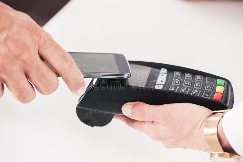Paiement de Nfc Près du paiement de mobile de communication de champ photographie stock