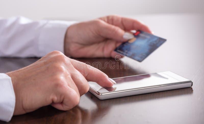 Paiement en ligne avec un smartphone photographie stock libre de droits