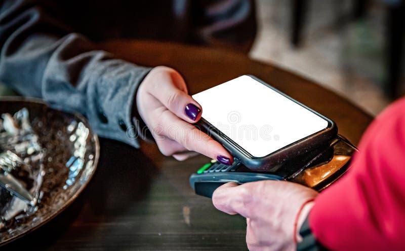 Paiement mobile sans contact Paiement mobile au café avec smartphone image libre de droits