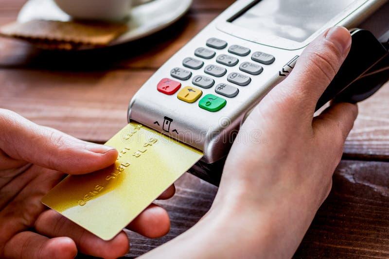 Paiement par carte de crédit pour le déjeuner d'affaires en café sur le backgro en bois image libre de droits