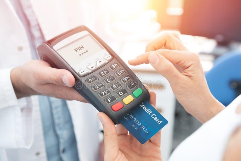 Paiement par la carte de crédit avec le terminal images stock