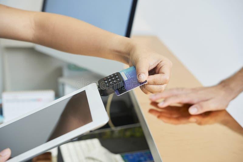 Paiement par par la carte de crédit photo libre de droits