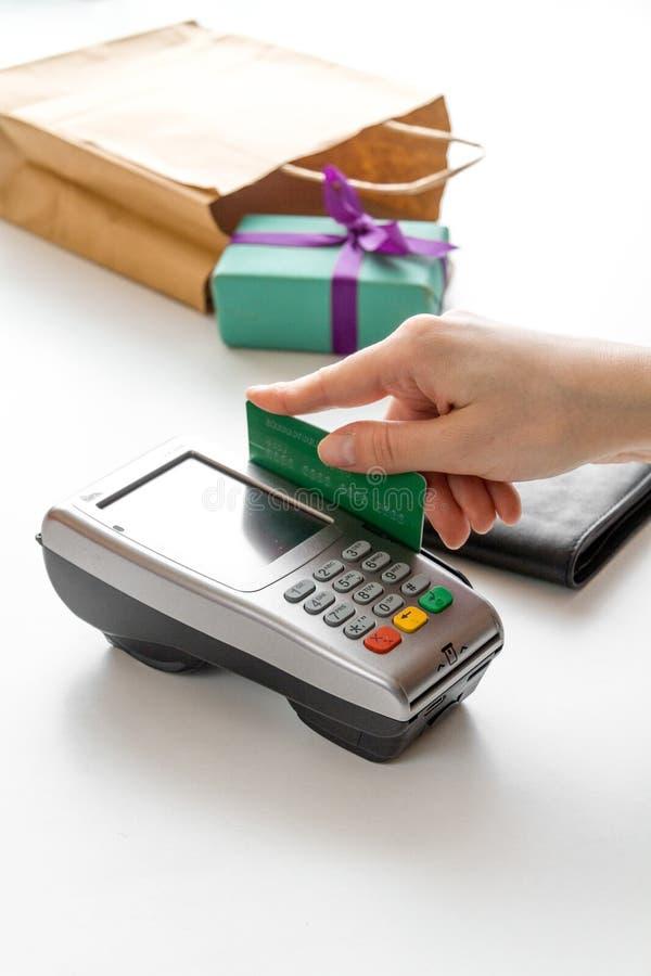 Paiement par la carte pour le cadeau dans la boutique sur le fond blanc image libre de droits