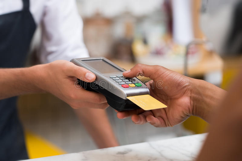 Paiement par le lecteur de carte de crédit photos libres de droits