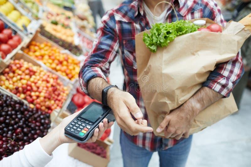 Paiement par Smartwatch dans le supermarché photo stock