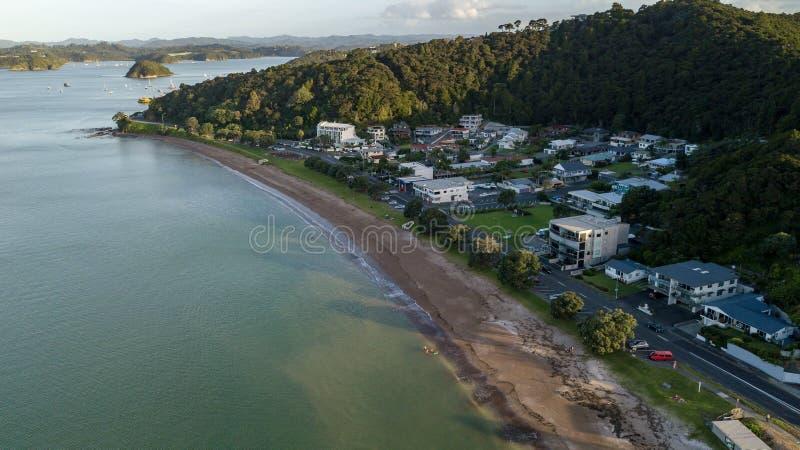 Paihia Nabrzeżne sąsiedztwo W Nowa Zelandia, Powietrzny punkt widzenia zdjęcie royalty free