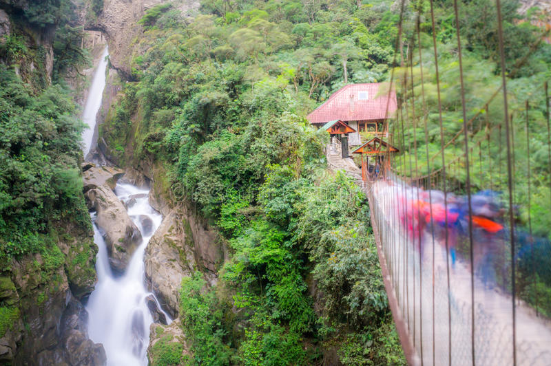 Pailon del Diablo vattenfall i Banos, Ecuador arkivbild