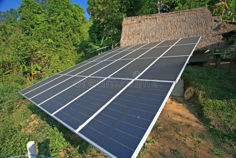 Painéis da célula solar na vila urbana fotos de stock