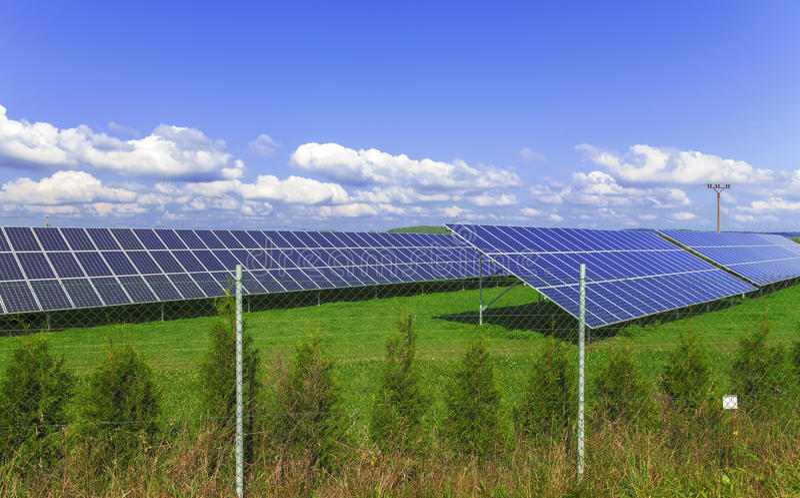 Painéis da energia solar com céu azul imagens de stock royalty free