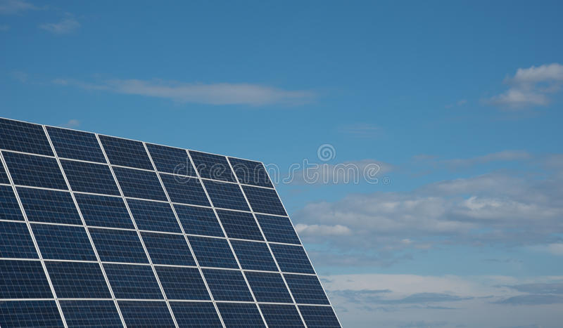 Painéis da energia solar contra um céu azul imagem de stock