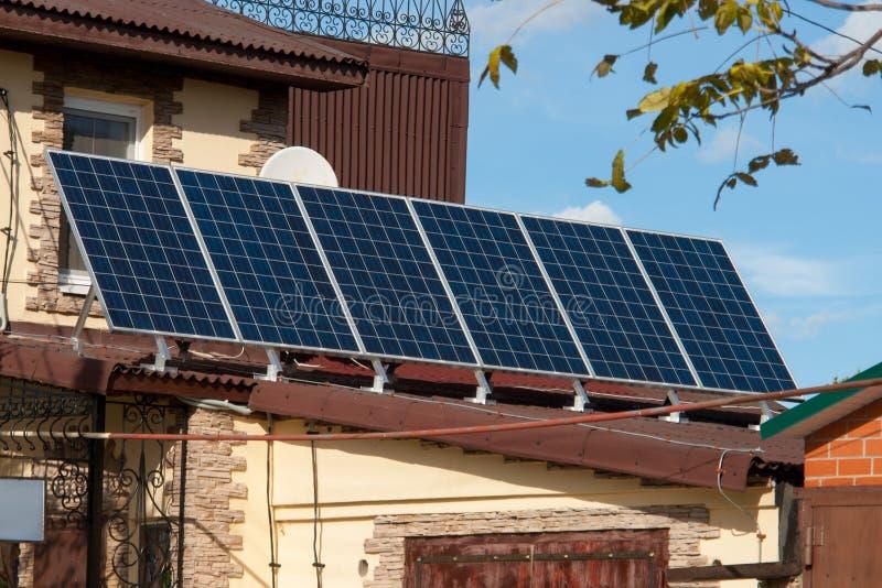 Painéis da energia solar no telhado da casa energia aternative Bateria solar foto de stock