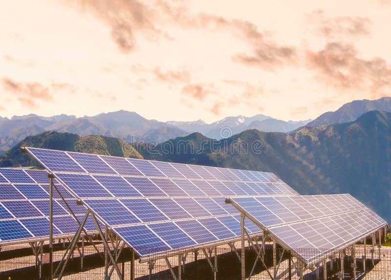 Painéis de energias solares fotos de stock