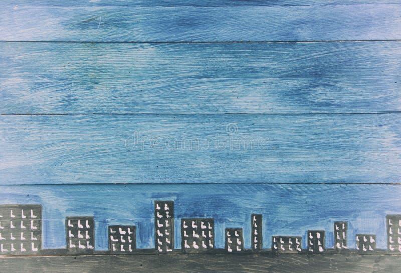 Painéis de madeira azuis com skyline fotografia de stock royalty free