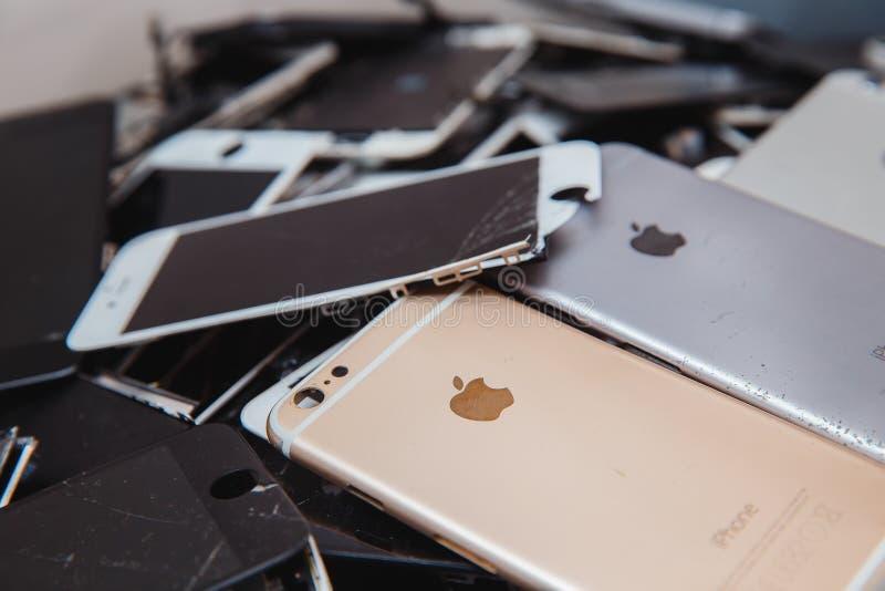 Painéis e telas quebrados de telefones do iPhone fotografia de stock