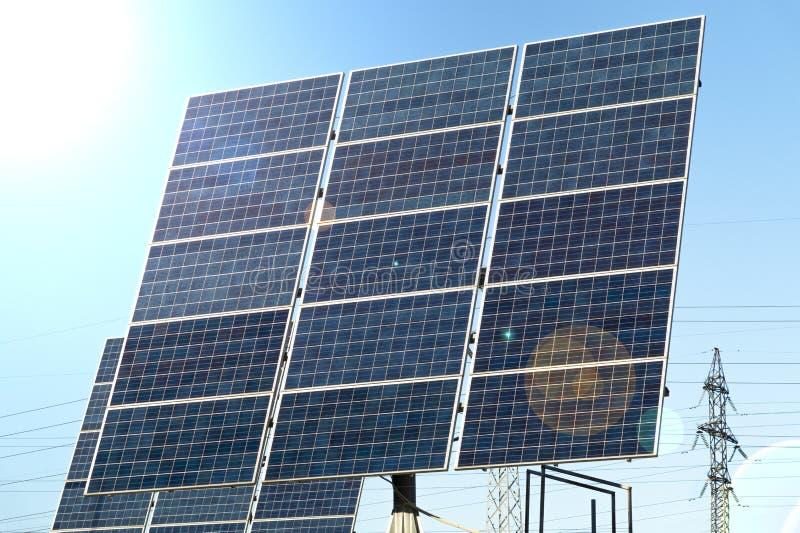 Painéis solares azuis contra o sol fotografia de stock royalty free