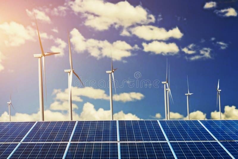 painéis solares com fundo do céu azul do moinho de vento e da luz do sol con fotografia de stock royalty free