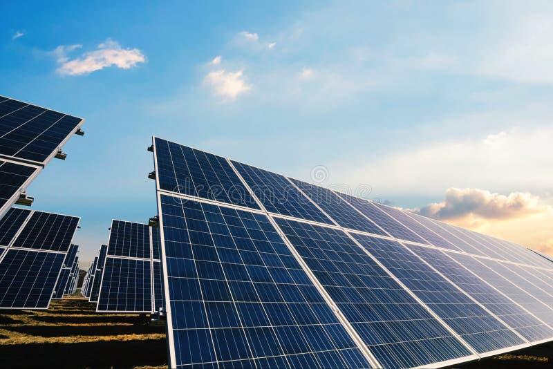 Painéis solares com luz solar da manhã imagens de stock