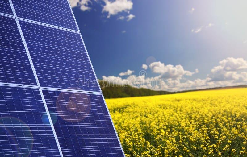 Painéis solares com paisagem imagem de stock royalty free
