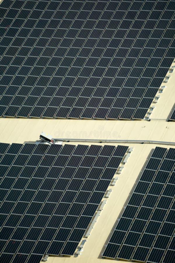 Painéis solares de energia renovável no telhado da construção imagem de stock royalty free