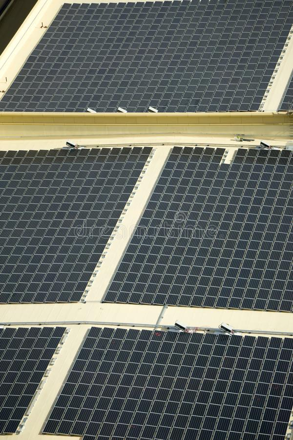 Painéis solares de energia renovável no telhado da construção foto de stock royalty free