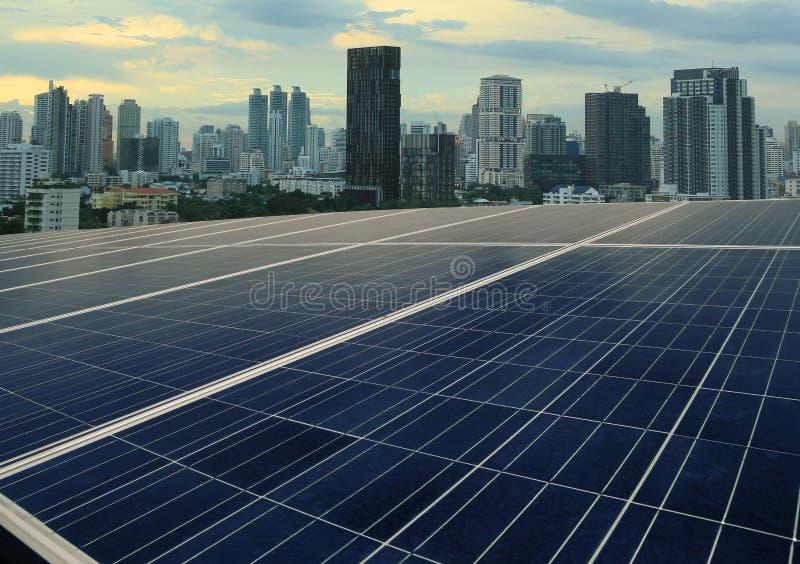 Painéis solares e arquitetura da cidade foto de stock