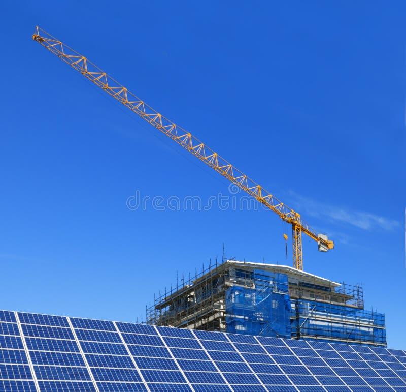 Painéis solares e construção fotografia de stock royalty free