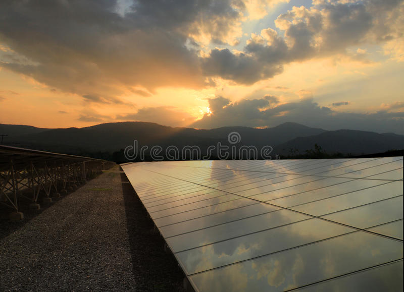 Painéis solares e nascer do sol com reflexão imagens de stock royalty free