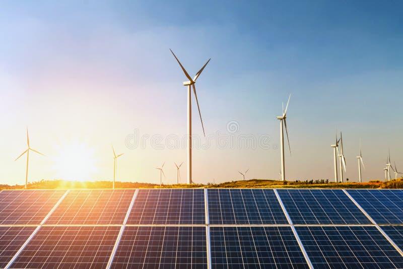 painéis solares e turbina eólica com por do sol no monte Conceito mim foto de stock