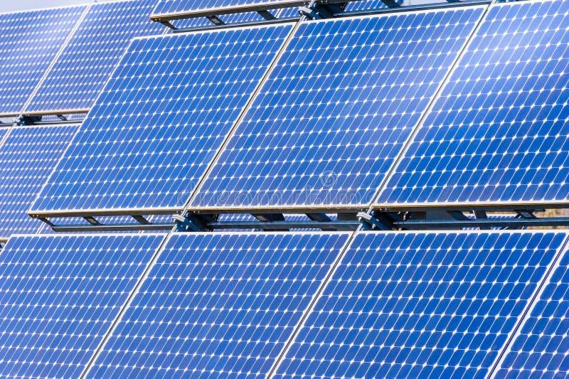 Painéis solares em um telhado foto de stock