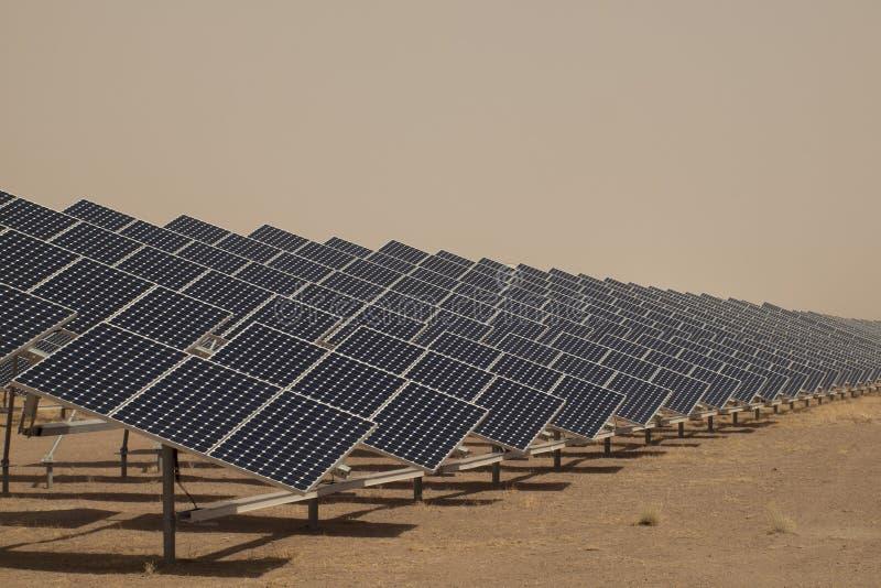 Painéis solares em uma central energética imagens de stock