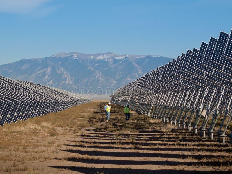 Painéis solares em uma central energética foto de stock