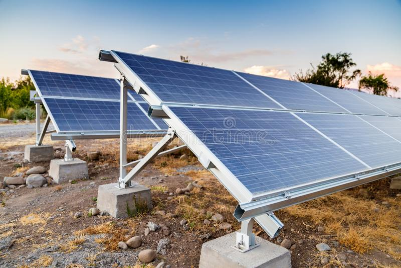 Painéis solares Gerador ecológico de eletricidade fotos de stock royalty free