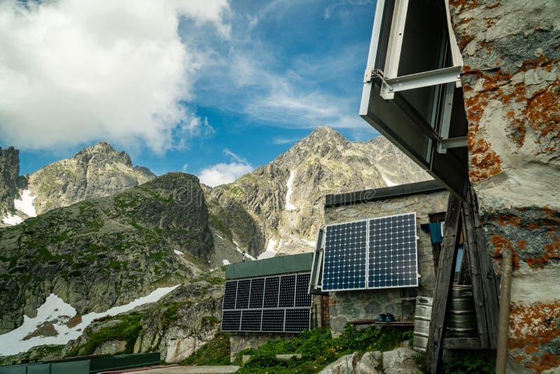 Painéis solares instalados em paredes da casa da montanha em Tatras alto, Eslováquia fotos de stock royalty free