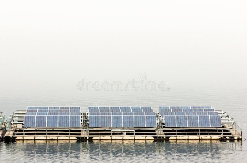 Painéis solares na água na represa de Srinakarin em Tailândia fotos de stock