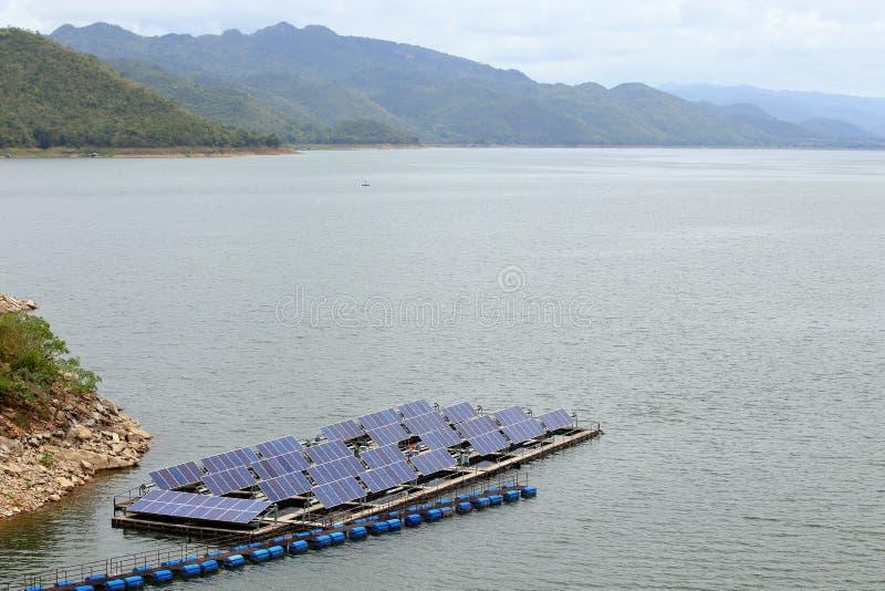 Painéis solares na água no srinakarin foto de stock royalty free